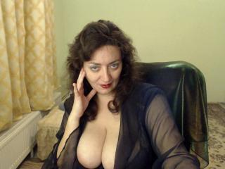 Photo de profil sexy du modèle MikaMilf, pour un live show webcam très hot !