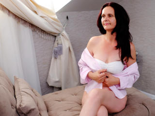 BrendaBelleForYou - Live chat nude with a European Mature