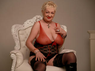 UrFunnyLady - Show live exciting with this shaved vagina Mature