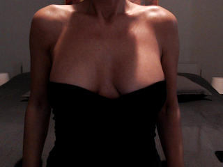 PrettyEllen - Chat live nude with this Attractive woman with regular melons