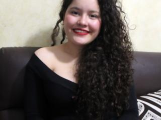 Poza sexy de profil a modelului CherryCollins, pentru un intens show webcam live !